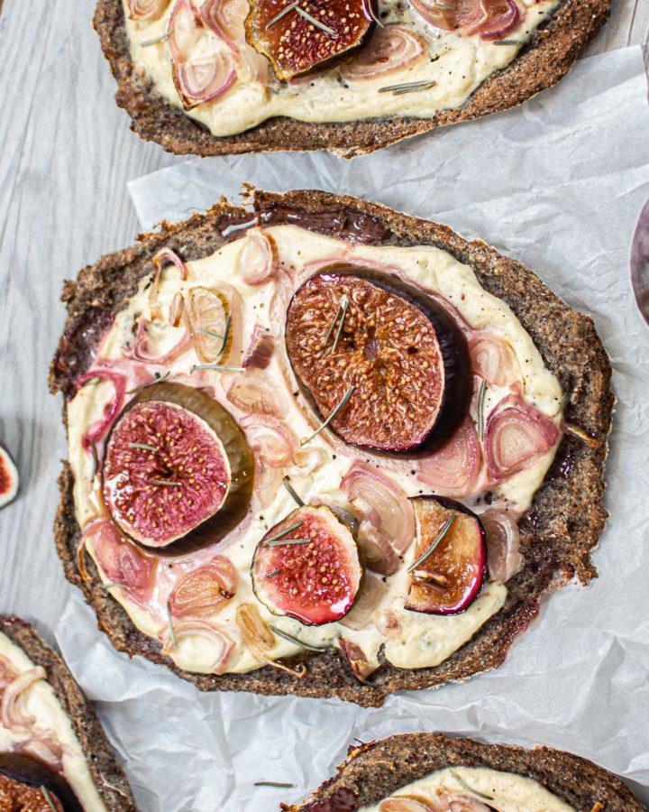 Einfaches Rezept für einen veganen Quinoa-Feigenflammkuchen
