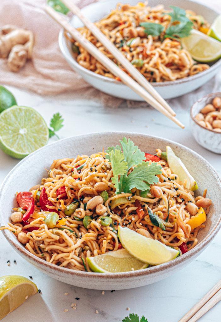 Thai-Nudeln mit buntem Gemüse in cremiger Erdnusssauce Rezeptbild