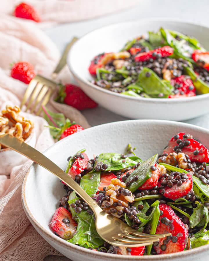 sommerlicher Linsensalat mit frischen Erdbeeren Rezeptbild